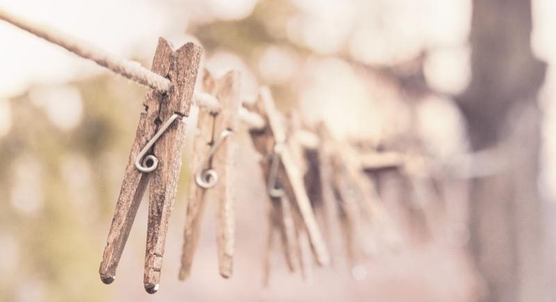 Motiv: Tøjklemmer af træ på en snor