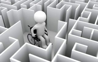 Motiv: Person i kørestol midt i en labyrint