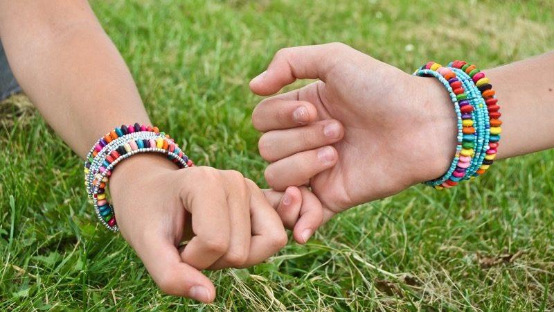 Motiv: Hænder som holder i lillefingre. Matchende armbånd.