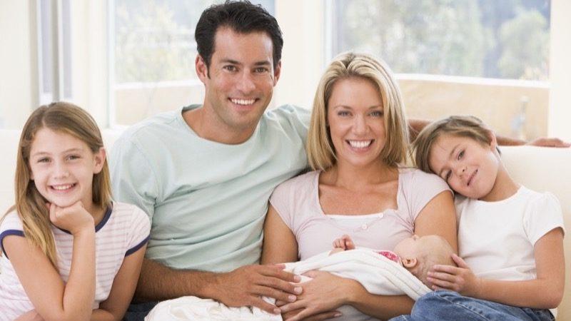 Motiv: Familie med tre børn i en sofa