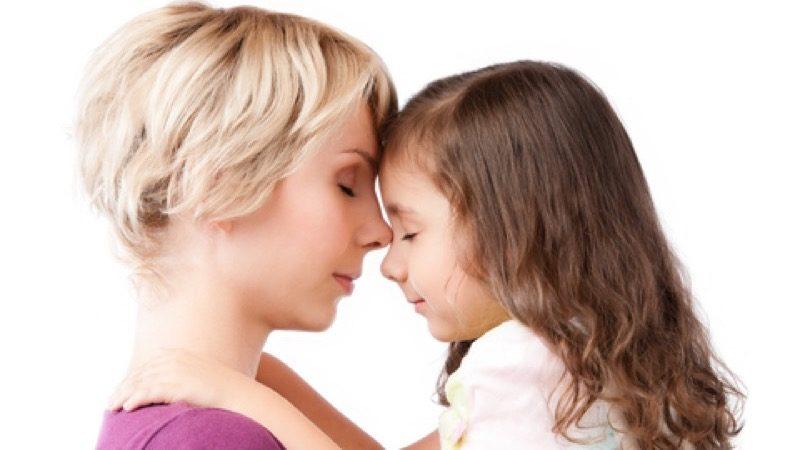 Motiv: Mor og datter med ansigterne tæt mod hinanden og lukkede øjne