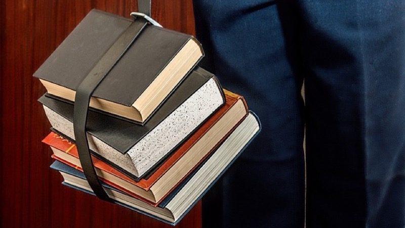 Udgivelser. Motiv: Bøger bundet sammen med et bælte.