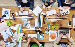 Eksperter. Motiv: mennesker arbejder hårdt og kreativt ved det samme bord