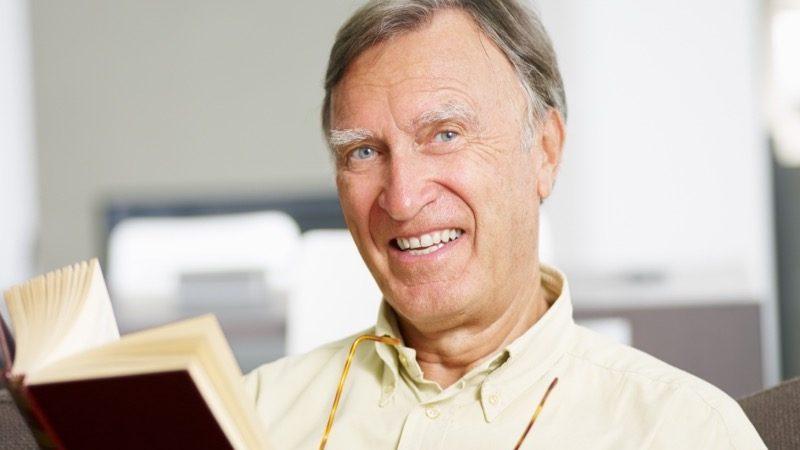 FOSS. Motiv: Ældre mand læser