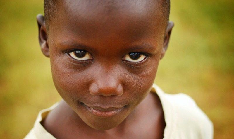 Internationalt. Motiv: afrikansk pige ser direkte ind i kameraet