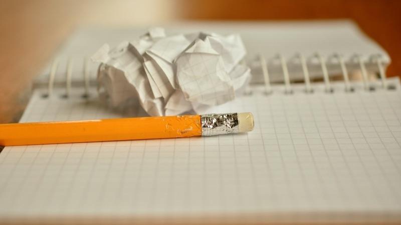 Klumme. Motiv: Blog med gennemtygget blyant.