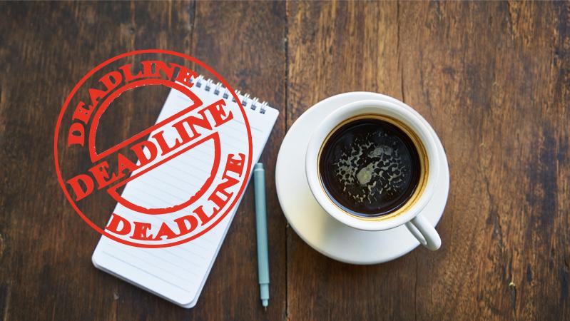 Presse. Motiv: notatblok og kaffe på et bord