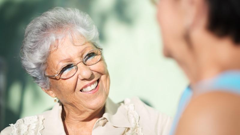 Bliv frivillig. Motiv: To kvinder i samtale