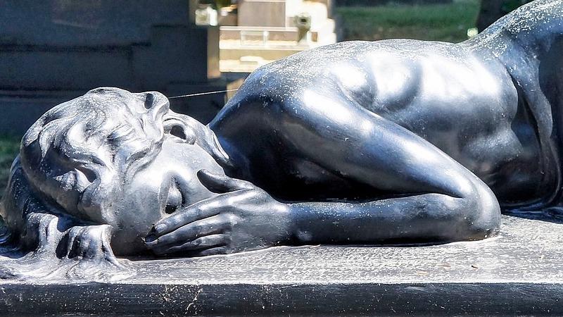 at miste uden at miste – foto af statue af liggende kvinde i sorg