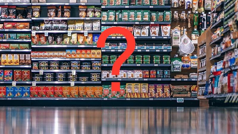 Supermarked med varer. Hen over foto er et rødt spørgsmålstegn som tegn på at en vare er udsolgt eller ikke til at finde.