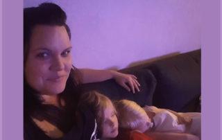 Jeg burde, tænker blogger Ditte Sommer i sofaen med børn og hund